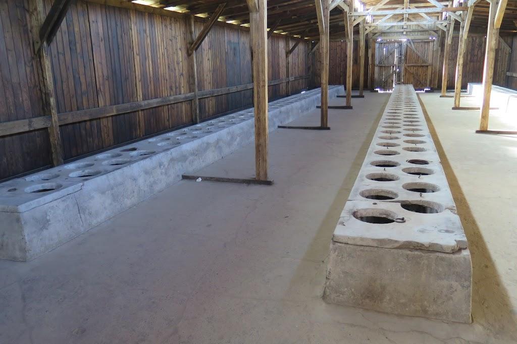 Sanitäranlagen im Inneren einer Barracke