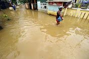 """Banjir Rob Masih """"Mengepung"""" Pesisir Karawang, Perahu Nelayan Ikut Terdampak"""