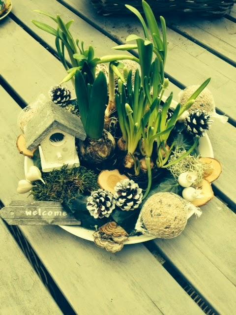 Voorjaar op de tuintafel