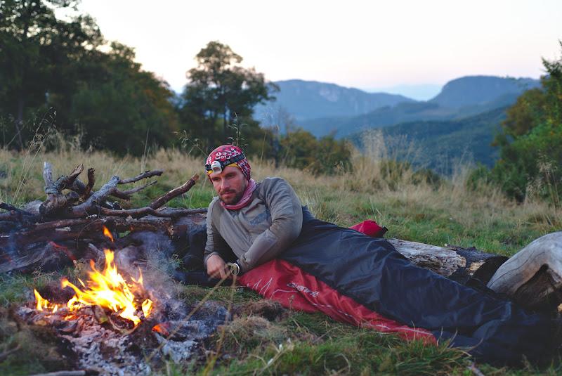 Trezirea de dimineata, dupa o noapte petrecuta la foc. A se observa lemnele asezate la indemana pentru a reaprinde focul la fiecare ora si un pic.