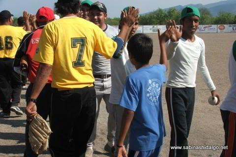 Saludo entre Yankees y Agua y Drenaje en el softbol del Club Sertoma