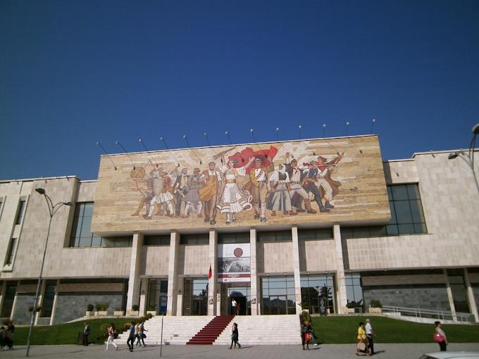 Tiranës, një person kërcënon se do të hidhet nga pallati në zonën e Muzeut Kombëtar...
