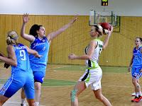 3 Talajková és Marcová próbálja elvenni a labdát Vyňuchalová Romanától.jpg