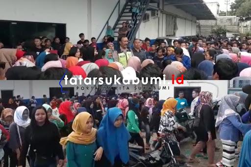 Buruh garment di Cicurug tagih pembayaran gaji / Foto : Isep Panji (15/1/2019)