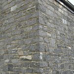 Mur de moellons de maçonnerie retaillés sur chantier et exemples d'angles
