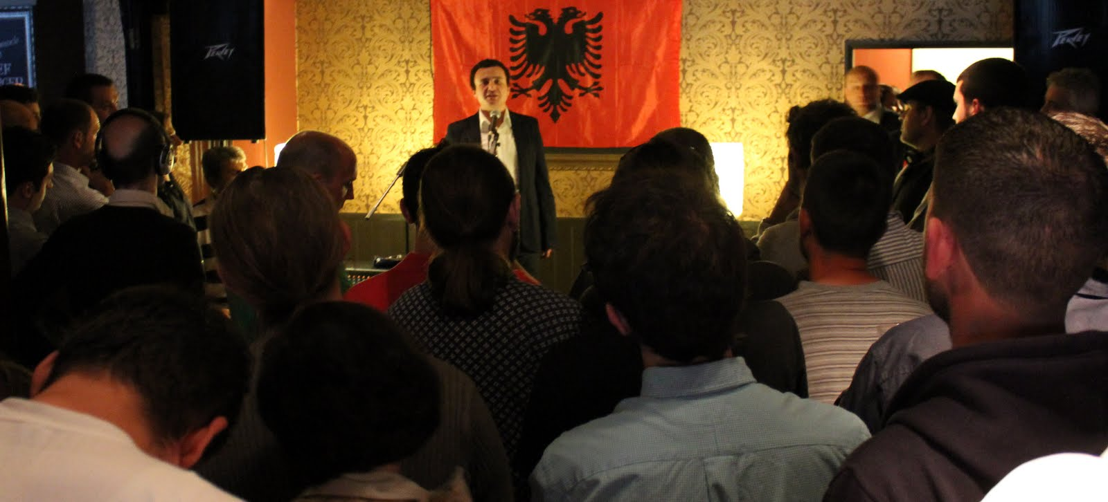 Albin Kurti met with British Albanian community members in Queens Arms Pub in London.