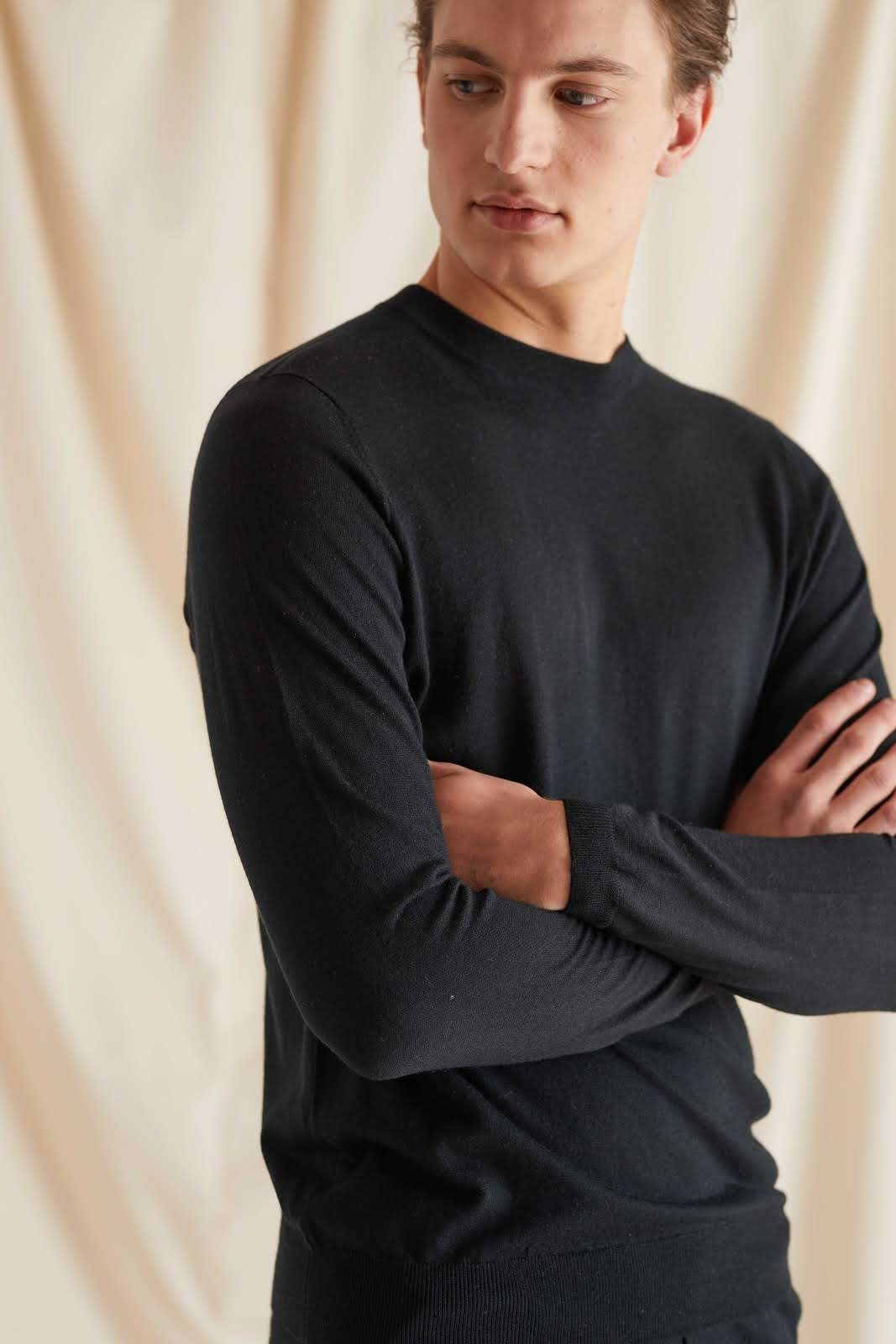 Man Fine Knit O-neck Sweater