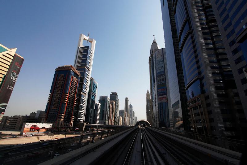 En el metro de Dubái entre rascacielos