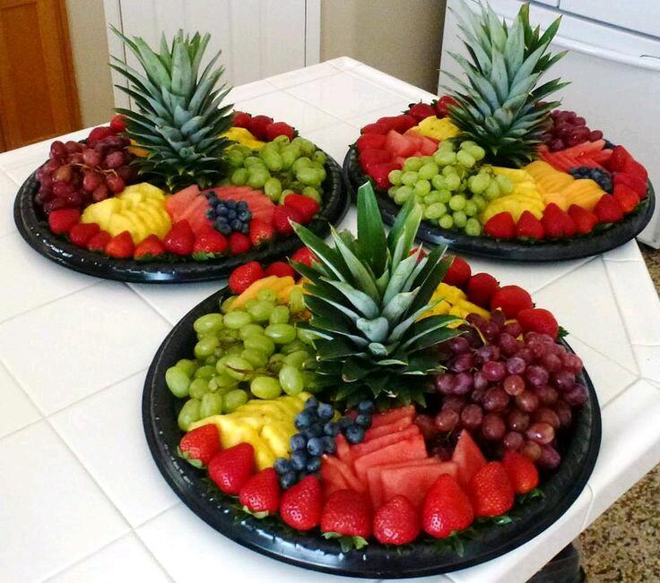 Originales formas de servir frutas usando pi as for Centros de frutas