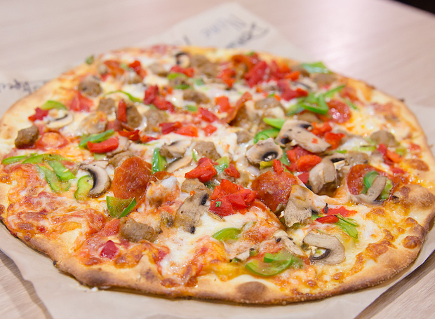 photo of red sauce pizza