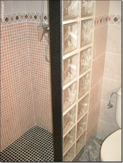 baño separaciones con losetas de vidrio  (3)