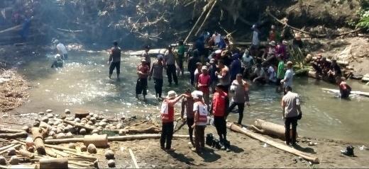 Tim Gabungan di Pimpin Tim SAR Yon A Pelopor Brimob Polda Sulsel Kerja Bakti di Aliran Sungai Leworeng