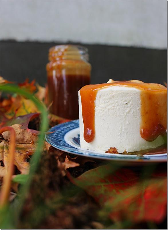 Närbild på kolasåsen som sakta rinner ner för kanten på cheesecaken.