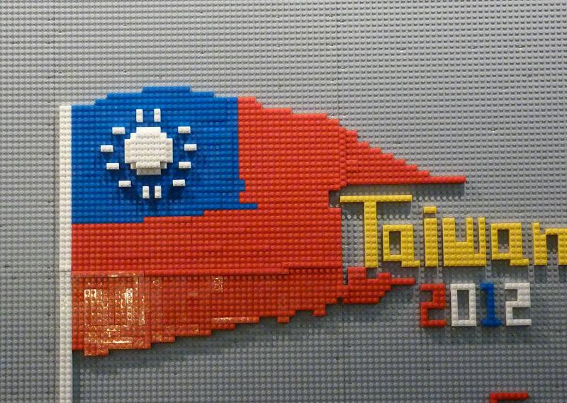 Taipei. Songshan Cultural and Creative Park. Nathan Sawaya. LEGO - P1230058.JPG