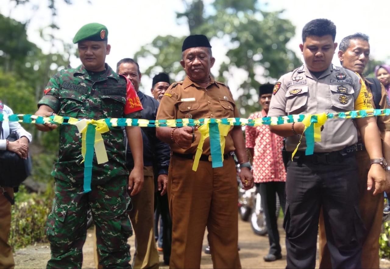 Kades Mattabulu Bersama Ketua BPD,  Bhabinkamtibmas, dan Babinsa Resmikan Bangunan Fisik Tahun 2019