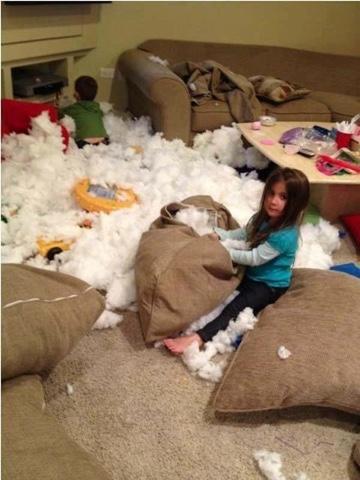 dua anak nakal bermain membuat berantakan ruang keluarga