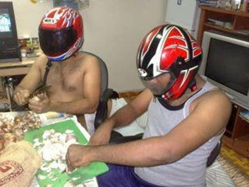 Режут лук в шлемах