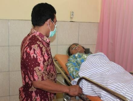 Salah satu siswi SMAN 1 Ngawi saat dirawat di RSUD Ngawi akibat menghirup abu vulkanik