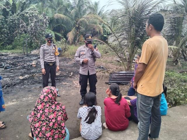 Polsek Sipispis Bantu Bersihkan Puing Puing Kebakaran Rumah Warga