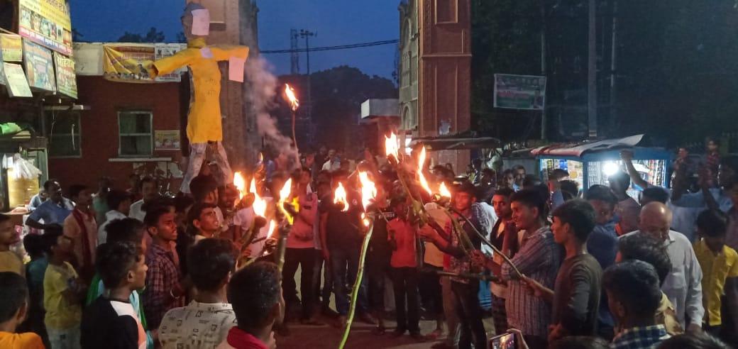 आइसा व इंनौस नेताओं ने मनाया बेरोजगार दिवस, पीएम का पुतला फूंका