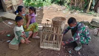 Prada Faisal Chaniago Mengamati Pembuatan Anyaman Keranjang Buah