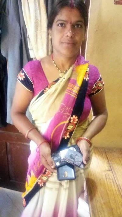 आंगनबाड़ी कार्यकर्ता के हाथ मे फटा मोबाइल बाल बाल बची