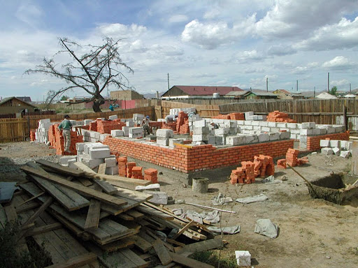 Construction of the community center at Drolma Ling Nunnery in 2002. Photo by Ueli Minder.