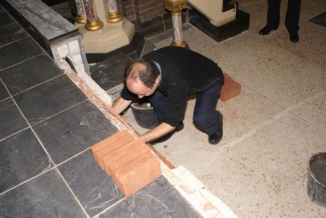 Inmetselen loden kistje in St. Agathakerk (afronding restauratie) - DSC06436.JPG