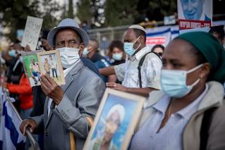 Funcionários dão boas-vindas à chegada de judeus etíopes como parte da Operação Rock of Israel