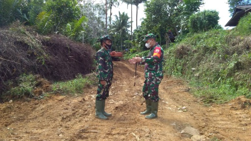 Melihat  Permasalah di Lapangan  Dansatgas Letkol Inf Rooy Chandra Sihombing, S.I.P Giat Cek Lokasi TMMD Kodim Tapsel