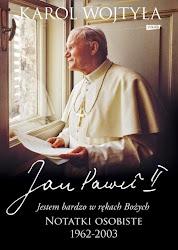 """""""Notatki osobiste"""" to zapis czterdziestu lat niezwykłej duchowej drogi. Od pierwszego decydującego stwierdzenia """"Jestem bardzo w rękach Bożych"""" po rozważanie """"Czas się wypełnił"""" i ostatnie """"Deo gratias"""" (Bogu niech będą dzięki) towarzyszymy Karolowi Wojtyle – Janowi Pawłowi II w kluczowych momentach jego życia i posługi. W dwóch skromnych zeszytach znajdujemy jego najważniejsze, osobiste pytania, głębokie, poruszające medytacje i modlitwy wyznaczające rytm każdego dnia. Ale pojawiają się w nich również zapiski będące świadectwem troski o najbliższych – przyjaciół, współpracowników – oraz powierzony mu Kościół.   Te notatki, choć są zapisem chwil, wykraczają poza granice życia Jana Pawła II, przenosząc nas tam, gdzie to co ludzkie i to co Boże łączy się w wymiarze świętości."""