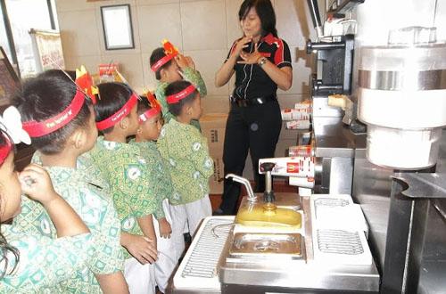 berkunjung ke mcdonald's joglo, anak-anak rekreasi ke tempat kuliner