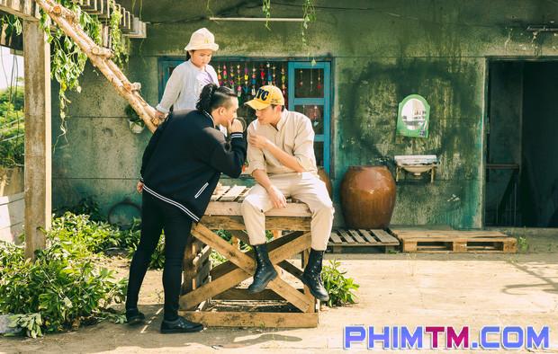 Trấn Thành tạo nét cùng Kiều Minh Tuấn trên phim trường Nắng 2 - Ảnh 9.