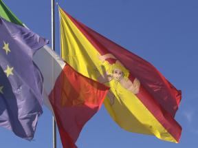 Die Geschichte Siziliens - Die Flaggen Europas, Italiens und Siziliens.