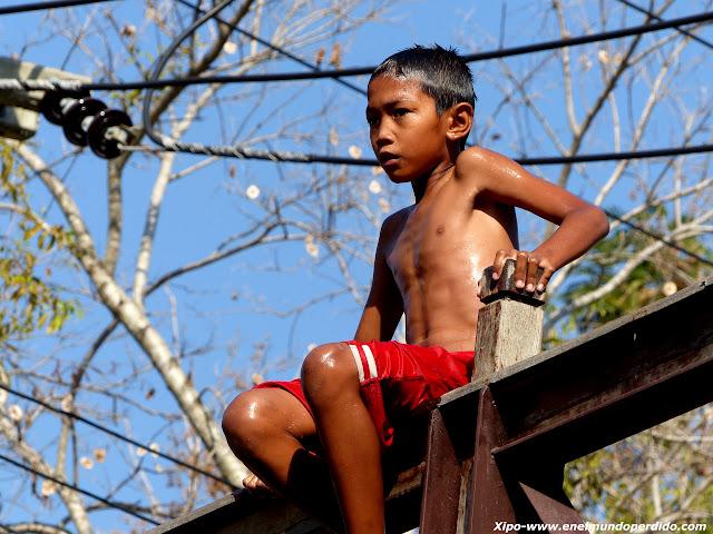 niño-tailandes-rio.JPG
