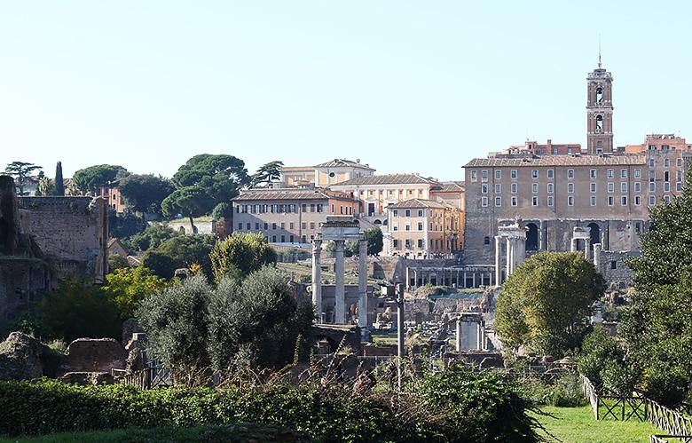 Visite du Forum Latin à Rome, près du Colisée.
