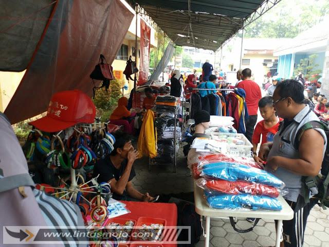 stand penjual pernak pernik kebutuhan atlit karate di GOR Mojopahit Kota Mojokerto
