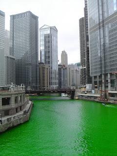 Rio Chicago teñido de verde el día de San Patricio