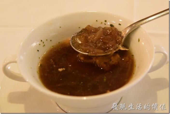 台南-轉角餐廳龍蝦餐廳。法式起士洋蔥湯。看這切絲的洋蔥被煮到幾乎都快化掉了。