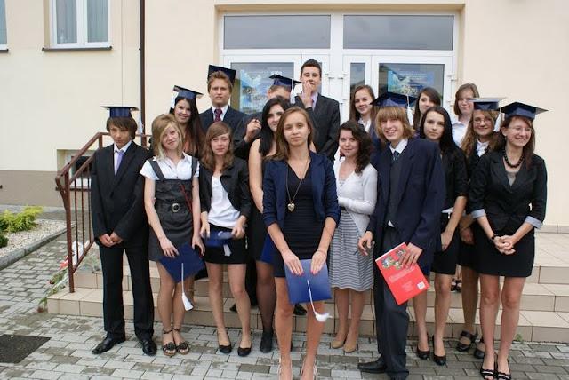 Zakończenie Gimnazjum przed budynkiem bis - DSC08158_1.JPG
