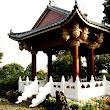 8 ďalší altánok s pagodovitou strieškou, bohato zdobeným stropom a maramorovou ohrádkou.JPG