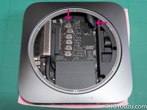 ロジックボードの電源コネクタとLEDランプのコネクタを持ち上げて外す