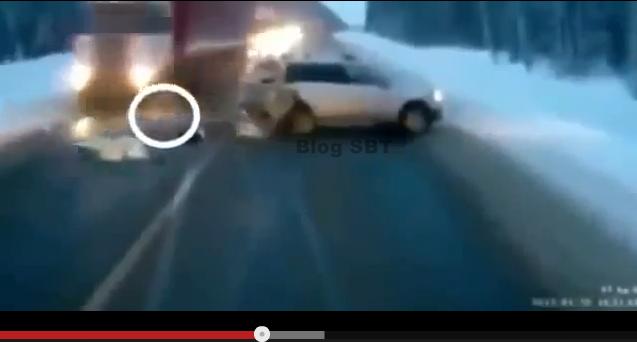 video kemalangan kereta lori