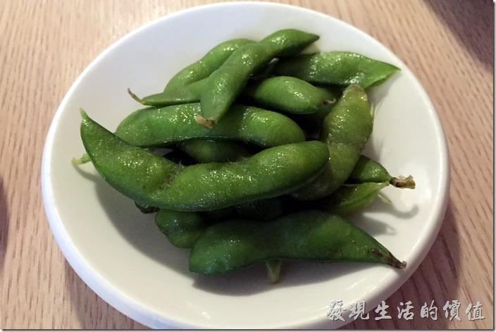 台南-鰻丼作好吃的鰻魚飯。跟「酒河豚」一樣,餐廳會招待每桌一小碟「毛豆」冷盤。