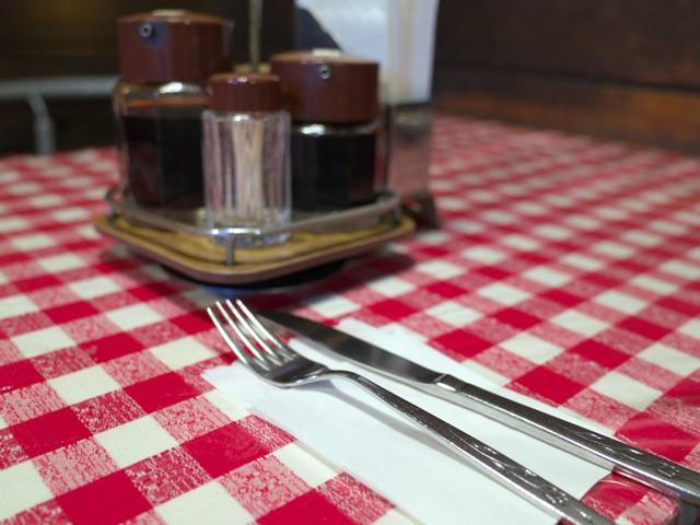 テーブル席でナフキンに乗せられたフォークとナイフ