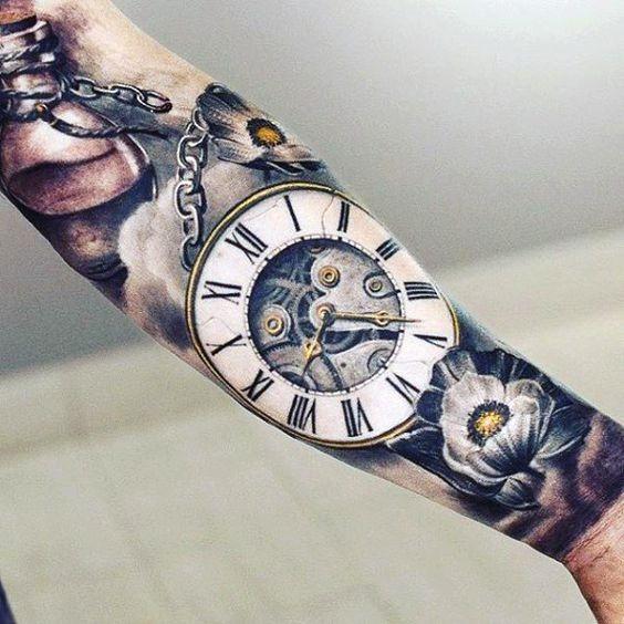 relgio_de_bolso_de_ouro_antebraço_tatuagem