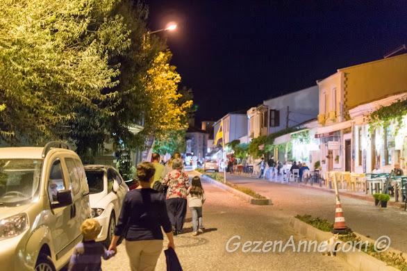 gece Bozcaada sokalarında