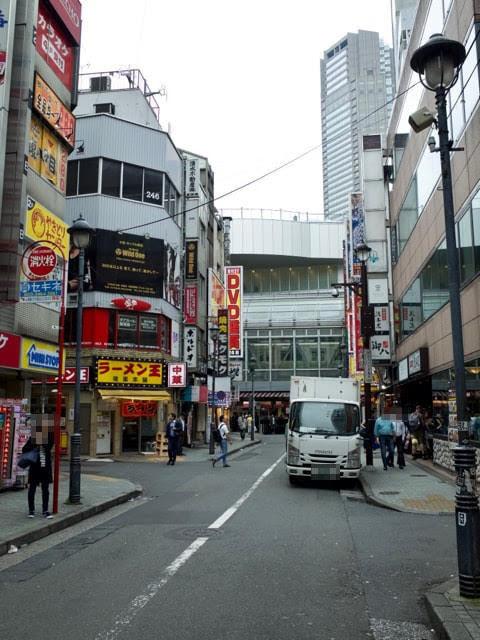 ラーメン王の前の渋谷マークシティーに向かう通り