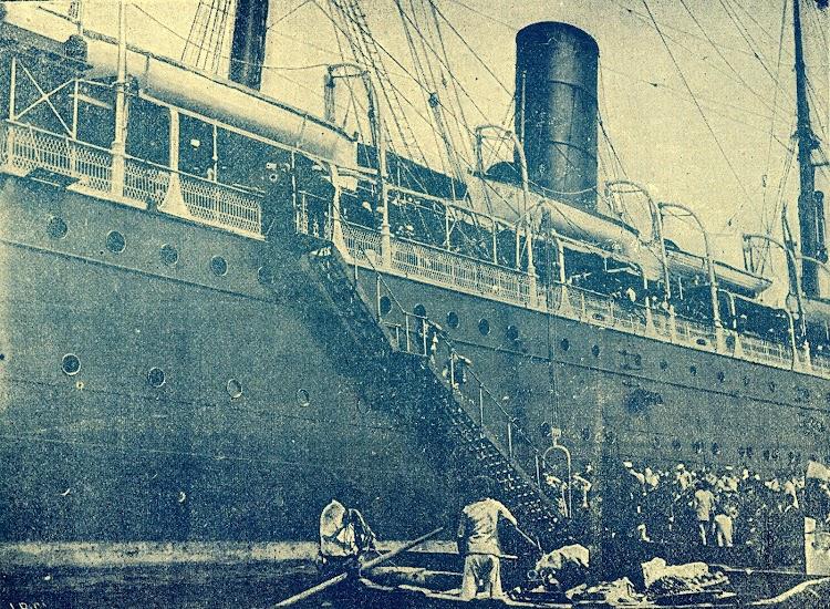Embarque de tropas a Cuba en el vapor REINA MARIA CRISTINA. Foto de la Revista de Navegacion y Comercio. Año 1895.jpg