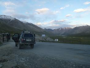 Photo: Po přechodu hranice v průsmyku Khunjerab (4 693 m) jedeme s vojenským doprovodem (klučina se samopalem na zadní sedačce ihned usíná) do 140 km vzdáleného Tashkurganu, kde proběhne imigrace.